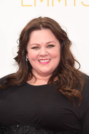 Melissa McCarthy opted for a loose, center-parted wavy hairstyle when she attended the Emmys.