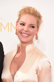 Katherine Heigl's gold dangle earrings had a Christmassy feel.