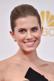 Allison Williams slicked her hair back into a classic bun for the Emmys.