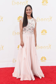 Sakina Jaffrey looked very dainty at the Emmys in a pale-pink gown with a floral bodice and cap sleeves.