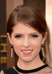 Anna Kendrick attended the Oscars wearing a gorgeous pair of dangling diamond earrings by Piaget.