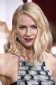 Naomi Watts looked trendy and chic with her asymmetrical waves during the Oscars.