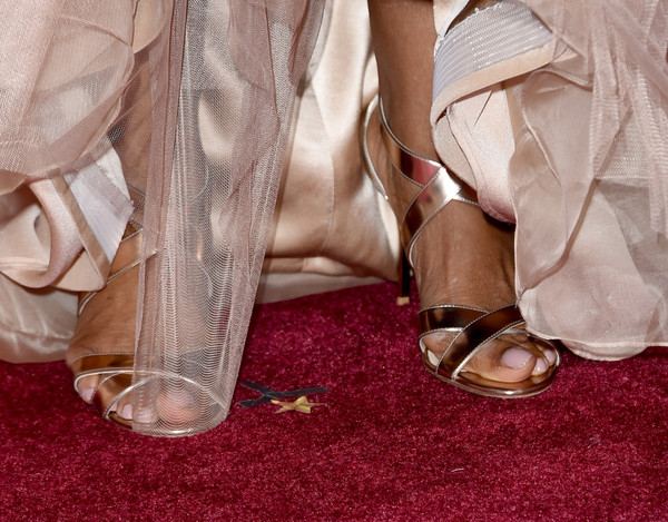 More Pics of Oprah Winfrey Medium Curls (1 of 29) - Medium Curls Lookbook - StyleBistro [footwear,pink,shoe,leg,dress,high heels,hand,foot,sandal,flooring,arrivals,oprah winfrey,shoe detail,hollywood highland center,california,87th annual academy awards]