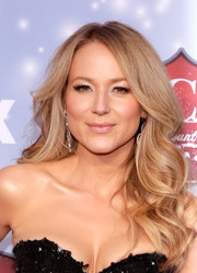 Jewel left her locks loose with lovely waves when she attended the American Country Awards.