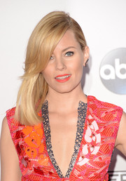 Elizabeth Banks attended the American Music Awards wearing a simple straight side sweep.