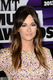 Kacey Musgraves' retro-style half up, half down 'do showed off her summery ombre tresses.