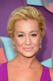 For her beauty look, Kellie Pickler shunned color, opting instead for nude lipstick.