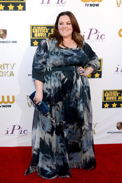 Melissa McCarthy added subtle shimmer to her look via a metallic blue Jimmy Choo clutch.