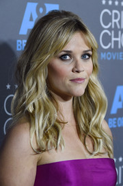 Reese WItherspoon wore her hair in superb messy curls with parted bangs.