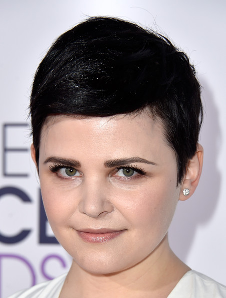 Ginnifer Goodwin wore her trademark pixie with a deep side part for the People's Choice Awards.