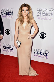 Kimberly Perry chose a simple yet sophisticated nude column dress with a deep-V neckline for the People's Choice Awards.