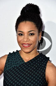 Kelly McCreary pulled her hair up into a cute afro puff for the People's Choice Awards.