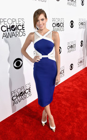Allison Williams went for a modern-chic vibe in a sleeveless blue and white sheath by David Koma during the People's Choice Awards.