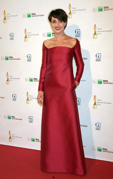 Ambra Angiolini opted for a straight cut ruby red dress with long sleeves and a wide neckline.
