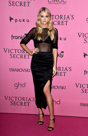 For her shoes, Lindsay Ellingson chose simple black ankle-strap sandals.