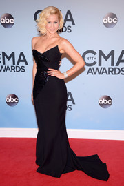 Kellie Pickler vamped it up in a multi-textured black strapless gown by Georges Chakra Couture during the CMA Awards.