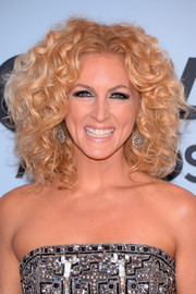Kimberly Schlapman finished off her look with fun high-volume curls when she attended the CMA Awards.