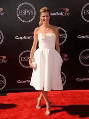 Erin Andrews is no stranger to the red carpet - she strikes a lovely pose in all white.