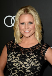 Carrie Keagan attended the Golden Globes Weekend celebration wearing a fab shoulder-length wavy 'do.