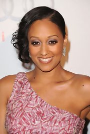 Tia Mowry highlighted her bronzed complexion with saturated metallic eyeshadow.