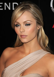Laura Vandervoort highlighted her bronzed glow with shimmering champagne shadow.