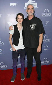 Kodi Smit-McPhee arrived at a benefit dinner sporting a pair of black Nike lace-up sneakers.