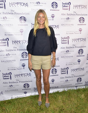 Gwyneth Paltrow completed her relaxed outfit with a pair of beige shorts.
