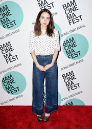 For her footwear, Zoe Kazan chose a pair of metallic platform sandals.