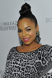 R & B star Ashanti attended the BCBGMaxAzria fashion show rockin' a sleek high bun that was intricately twisted into place.