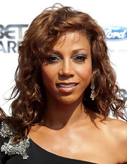Actress Holly Robinson Peete showed off her medium curls while walking the red carpet at the BET Awards.