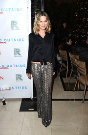 Jennifer Nettles attended the 'Baby It's Cold Outside' concert wearing a black tie-waist button-down shirt.