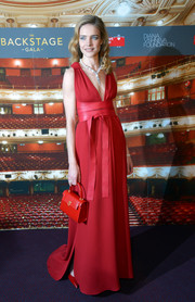 Natalia Vodianova matched her lovely gown with a red leather purse.