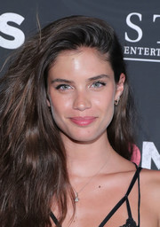 Sara Sampaio wore her hair down in lush, side-parted waves at the New York premiere of 'Bad Moms.'