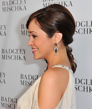 Autumn Reeser wore dangling gemstone earrings, which worked perfectly with her side swept ponytial.