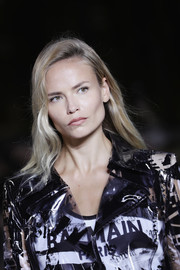 Natasha Poly wore a simple loose side-parted style at the Balmain runway show.