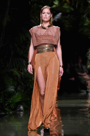 An ochre maxi skirt with a thigh-high slit completed Doutzen Kroes' look.