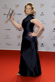 Barbara Schoeneberger chose a metallic clutch with ruched detailing to match her gorgeous evening dress.