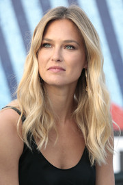 Bar Refaeli looked summer-chic with her blonde waves at the Terrazza Martini inauguration in Barcelona.