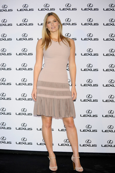 Bar completed her looke with a pair of nude, ankle strap, peep-toed sandals.