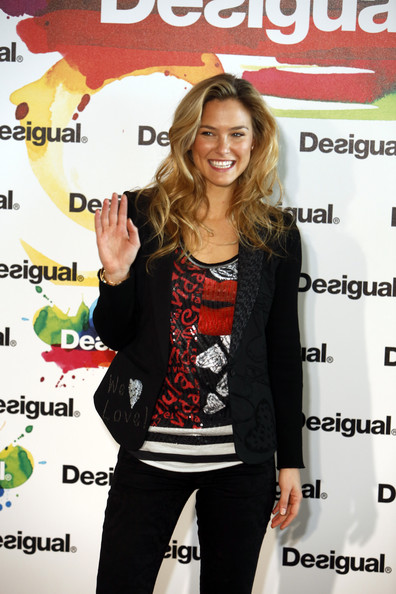 How adorable does Bar Refaeli look in this graphic-print Valentine's-inspired top?