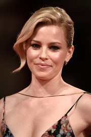 Elizabeth Banks styled her hair into a loose bun with wavy bangs swept to the side for the premiere of 'Beasts of No Nation.'