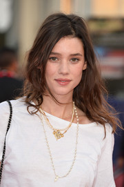 Astrid Berges Frisbey finished off her outfit with layers of necklaces, including a lovely fleur-de-lis-style pendant.