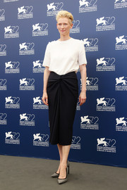 Tilda Swinton stuck to minimalist style with this plain white T-shirt when she attended the Venice Film Fest photocall for 'A Bigger Splash.'