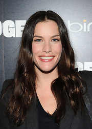 Liv Tyler accented her full lips with shiny pale pink lipstick.