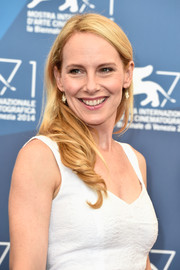 Amy Ryan kept it breezy with this loose wavy hairstyle at the 'Birdman' photocall.