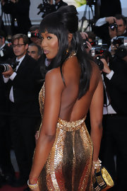 The dramatic diva knows how to exude confidence in front of the camera. Naomi look glamorous in a metallic evening gown and a bouffant-style half-up hairdo.