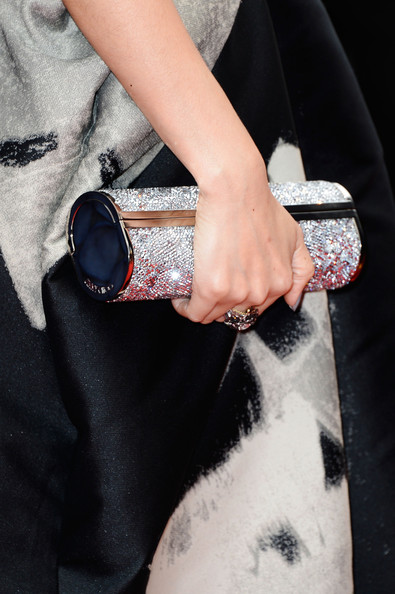 Zhang Ziyi chose this crystal cylindrical clutch to give her evening dress a sparkly touch.