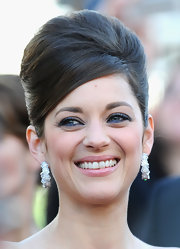 Opting for retro elegance, Marion Cotillard rocked a teased beehive 'do at the 'Blood Ties' premiere.