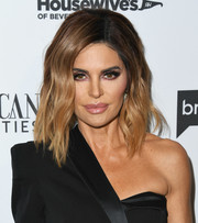 This mid-length wavy 'do is a welcome change from Lisa Rinna's signature layered razor cut. Love it!