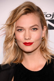 Karlie Kloss finished off her look with a perfect red lip.